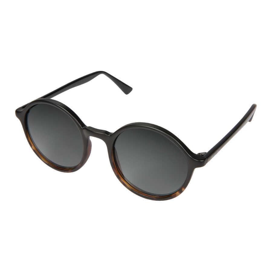 Artikel klicken und genauer betrachten! - Kauf die Komono Madison Matte Black/Tortoise Sonnenbrille KOM-S3253 Sonnenbrille online in unserem webshop. Dies ist eine Damen und Herren-Sonnenbrille. Die Farbe des Gestells der Sonnebrille ist Schwarz und die Gläser sind Grau. Die Komono Sonnenbrillen sinds echte Leichtgewichte und bieten daher einen optimalen Tragekomfort. An einer Komono Madison Matte Black/Tortoise Sonnenbrille KOM-S3253 hast du jahrelang Freude. Wir sind offizieller Händler von Komono Sonnenbrillen. Du erhältst darum auch die Standard-Garantie von 2 Jahre. Daneben bieten wir dir die Zeit, deine Sonnenbrille zu Hause in Ruhe anzuprobieren, und ggf. umzutauschen. Online eine Ray-Ban Sonnenbrille zu kaufen war noch nie so sicher. Diese sonnenbrille von Komono wird kostenlos versendet ab 50 €.   im Online Shop kaufen