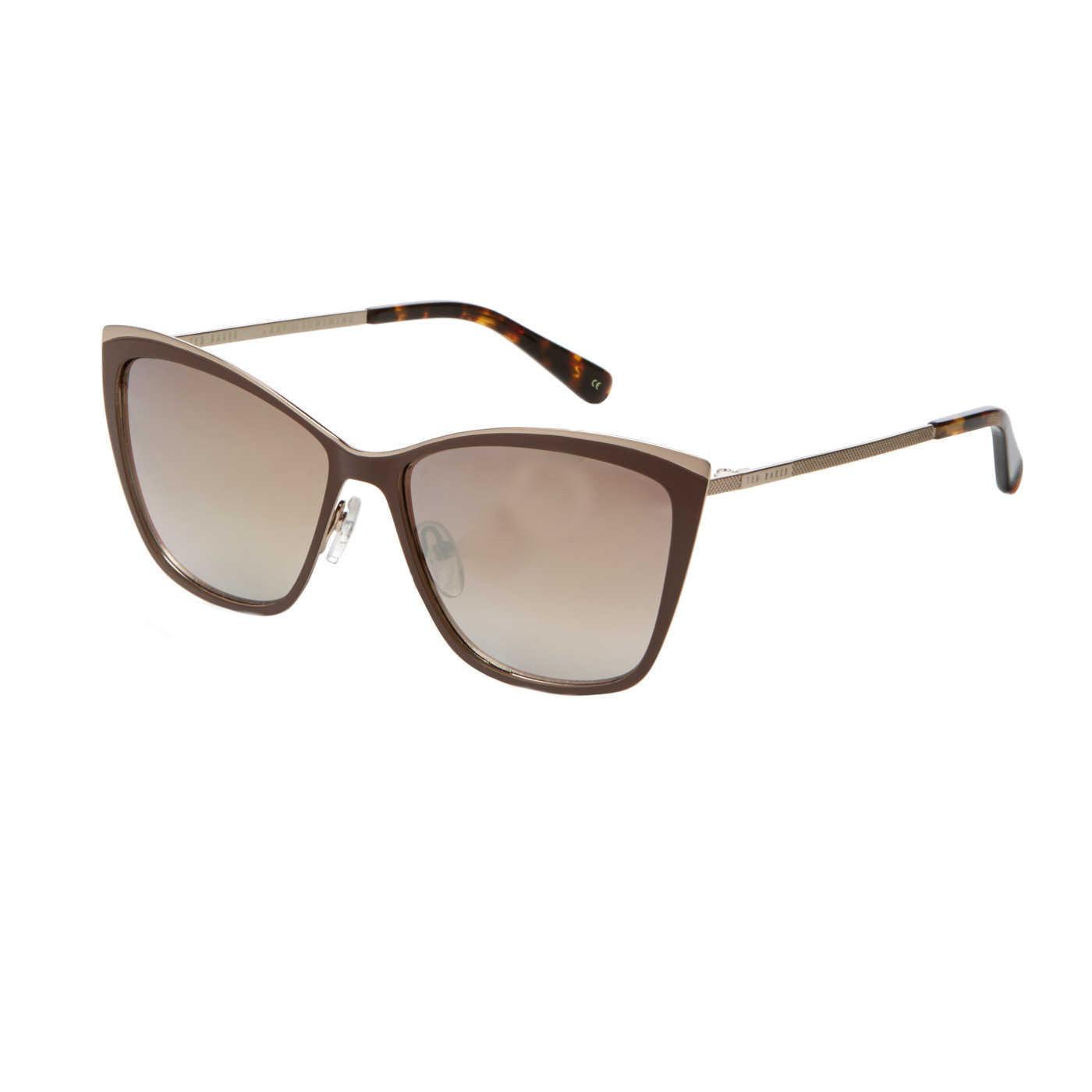Artikel klicken und genauer betrachten! - Kauf die Ted Baker Adella Brown/Gold Sonnenbrille TB1465 195 56 Sonnenbrille online in unserem webshop. Dies ist eine Damen-Sonnenbrille. Die Farbe des Gestells der Sonnebrille ist Braun und die Gläser sind . Die Ted Baker Sonnenbrillen sinds echte Leichtgewichte und bieten daher einen optimalen Tragekomfort. An einer Ted Baker Adella Brown/Gold Sonnenbrille TB1465 195 56 hast du jahrelang Freude. Wir sind offizieller Händler von Ted Baker Sonnenbrillen. Du erhältst darum auch die Standard-Garantie von 2 Jahre. Daneben bieten wir dir die Zeit, deine Sonnenbrille zu Hause in Ruhe anzuprobieren, und ggf. umzutauschen. Online eine Ray-Ban Sonnenbrille zu kaufen war noch nie so sicher. Diese sonnenbrille von Ted Baker wird kostenlos versendet ab 50 €. | im Online Shop kaufen